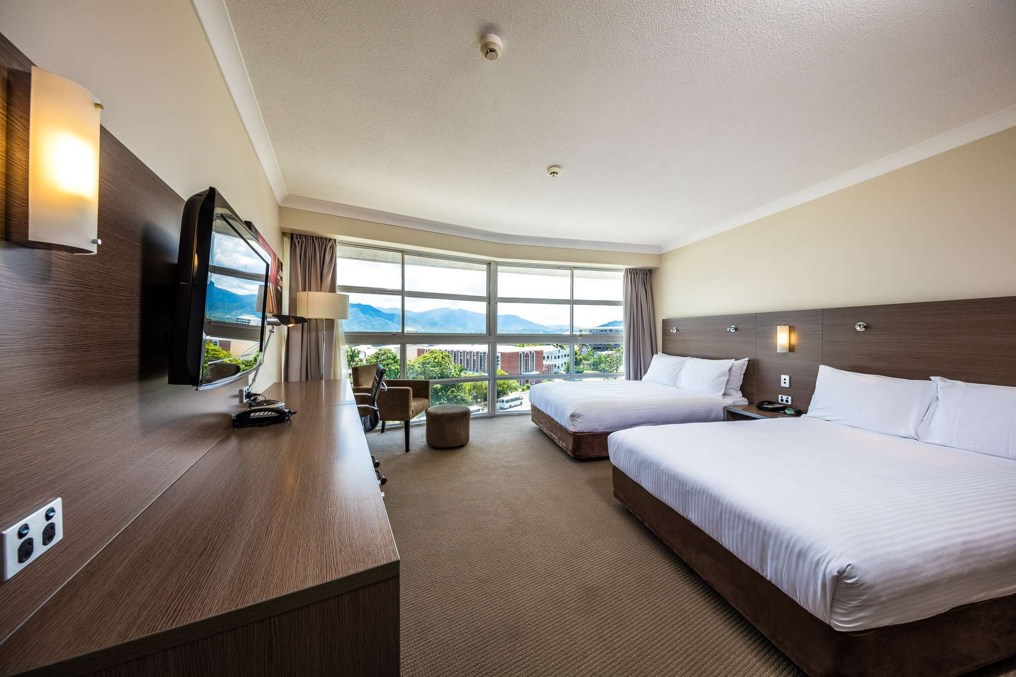 DoubleTree by Hilton Cairns bedroom