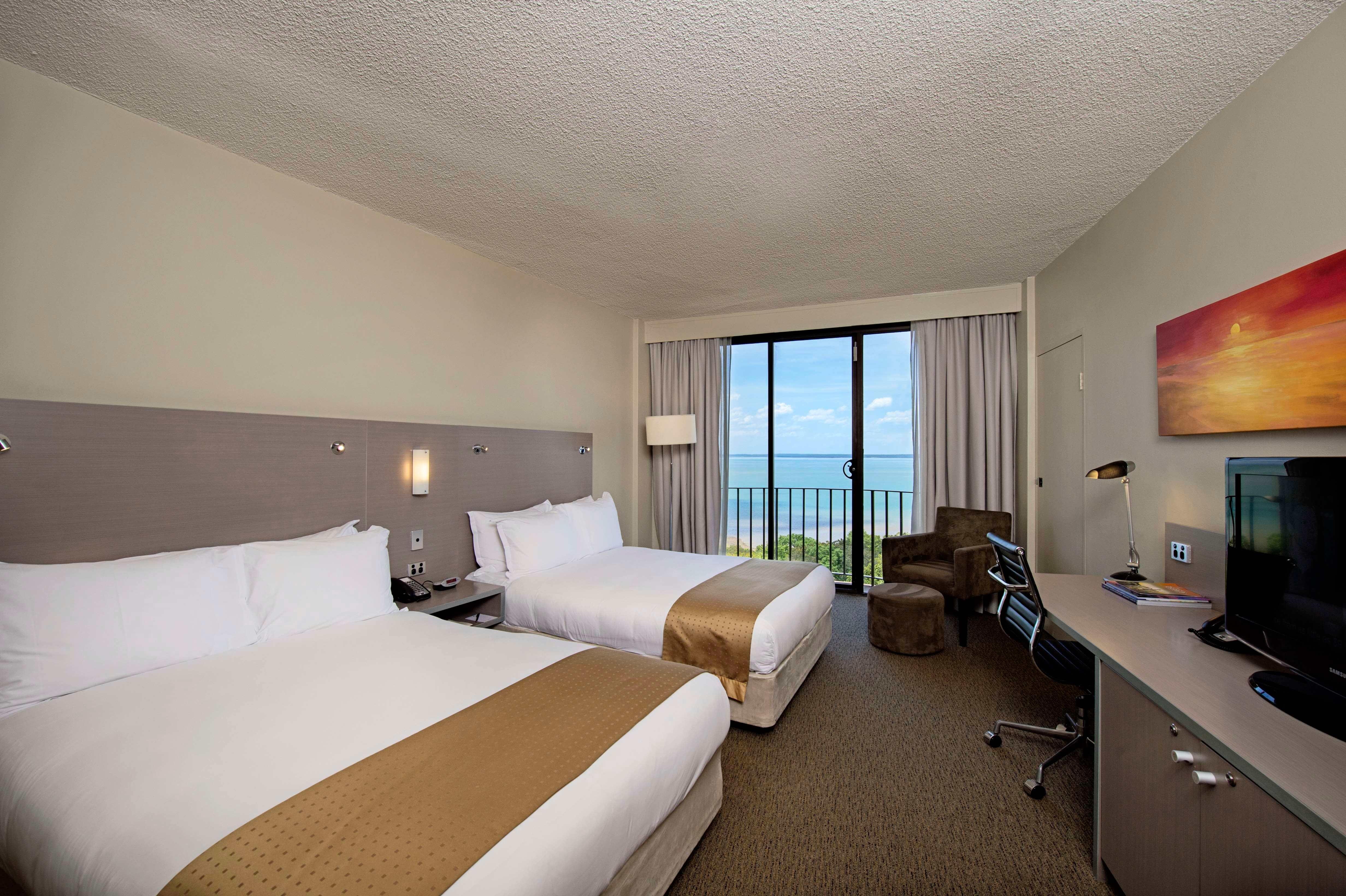 DoubleTree by Hilton Esplanade bedroom