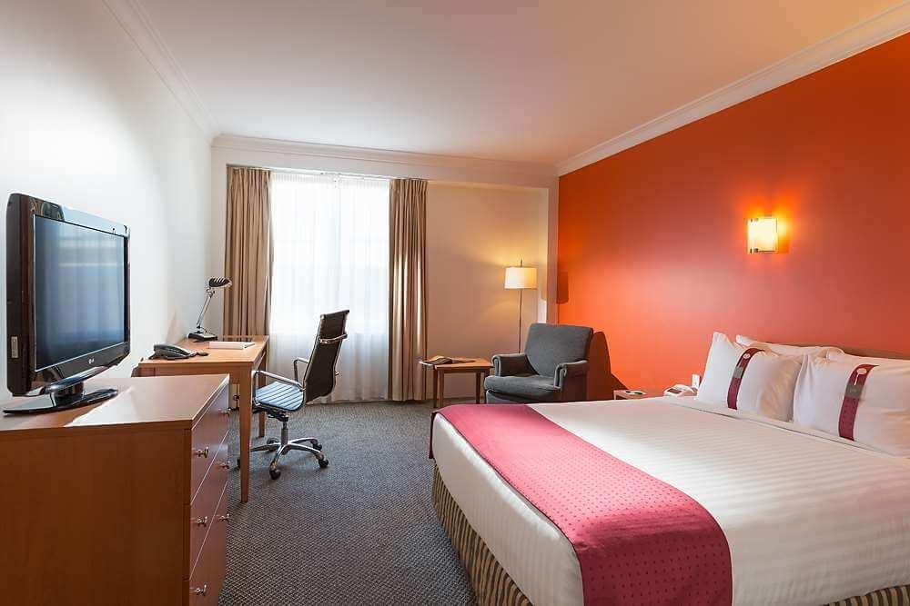 Holiday Inn Darling Harbour king room